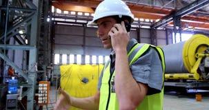 Ingeniero de sexo masculino que habla en el teléfono móvil 4k
