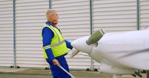Ingeniero de sexo masculino que tira de un avión 4k almacen de video