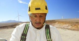 Ingeniero de sexo masculino que trabaja en el parque eólico 4k metrajes