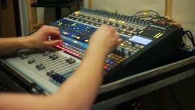 Ingeniero de sonido que trabaja en el estudio de grabación, mezclador audio en un estudio metrajes
