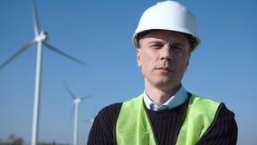 Ingeniero de Thoughful contra la turbina de viento almacen de metraje de vídeo