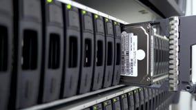 Ingeniero de trabajo Installs Hard Drive de Data Center las TIC en el estante del servidor 4K Discos duros de trabajo Concepto 3 almacen de video