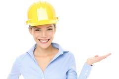 Demostración de la mujer del ingeniero o del arquitecto del casco Imagen de archivo libre de regalías
