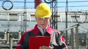 Ingeniero del equipo en central eléctrica almacen de metraje de vídeo