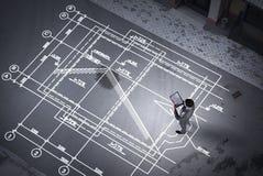 Ingeniero del hombre que piensa sobre su plan Técnicas mixtas Fotografía de archivo libre de regalías