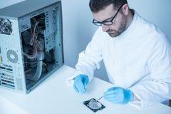 Ingeniero del laboratorio que trabaja en disco duro quebrado Fotos de archivo libres de regalías