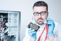 Ingeniero del laboratorio que trabaja en disco duro quebrado Fotos de archivo