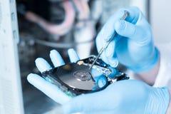 Ingeniero del laboratorio que trabaja en disco duro quebrado Fotografía de archivo libre de regalías