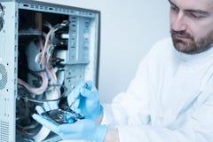 Ingeniero del laboratorio que trabaja en disco duro quebrado Imagen de archivo