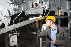 Ingeniero del mantenimiento en el trabajo Fotos de archivo