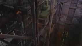 Ingeniero del mantenimiento que mira control de monitor en fábrica de la central térmico  Central eléctrica rusa dentro metrajes