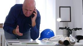 Ingeniero del trastorno en el intento de la oficina para hacer una llamada de teléfono y a gesticular nervioso almacen de metraje de vídeo