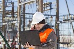 Ingeniero eléctrico con el ordenador Imagen de archivo libre de regalías