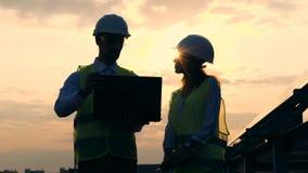Ingeniero eléctrico dos que tiene una conversación cerca de una batería solar Concepto de la energía renovable almacen de metraje de vídeo