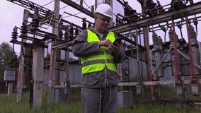 Ingeniero eléctrico que usa la tableta almacen de metraje de vídeo