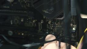 Ingeniero electrónico de la informática Mejora del hardware de la CPU del ordenador del mantenimiento del componente de la placa  metrajes