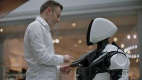 Ingeniero electrónico que trabaja, inventor del científico en la construcción del robot A c?mara lenta Tecnolog?as rob?ticas mode metrajes