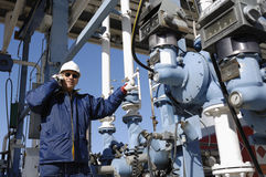 Ingeniero en el depósito de petróleo y del gas Foto de archivo