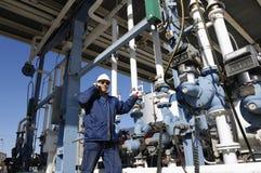 Ingeniero en el depósito de petróleo y del gas Foto de archivo libre de regalías