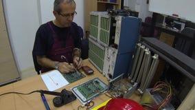 Ingeniero en el trabajo en la oficina almacen de video