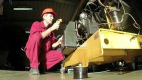 Ingeniero en la estación industrial del compresor almacen de metraje de vídeo