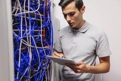 Ingeniero en sitio de servidor de red imágenes de archivo libres de regalías