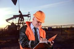 Ingeniero en un campo petrolífero Imagenes de archivo