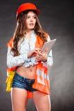 Ingeniero estructural de la mujer con el funcionamiento de la tableta Foto de archivo libre de regalías
