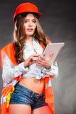 Ingeniero estructural de la mujer con el funcionamiento de la tableta Foto de archivo