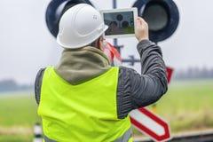 Ingeniero ferroviario con la tableta cerca Imagen de archivo