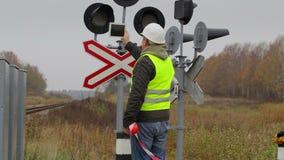 Ingeniero ferroviario con la tableta y la cinta del peligro almacen de metraje de vídeo