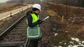 Ingeniero ferroviario de sexo femenino que examina señales de peligro almacen de video