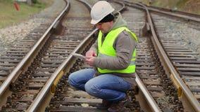 Ingeniero ferroviario que busca la información en tableta almacen de video
