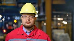 Ingeniero hermoso que camina en una fábrica Fondo industrial metrajes