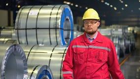 Ingeniero hermoso que camina en una fábrica Fondo industrial almacen de metraje de vídeo