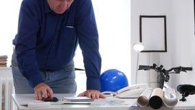 Ingeniero Image In un cuarto del diseño puesto en herramientas de dibujo de la orden en la tabla almacen de video