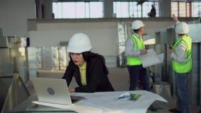 Ingeniero industrial de sexo femenino Works en su ordenador 4 K metrajes