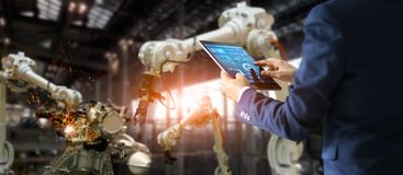 Ingeniero industrial del encargado que usa la automatización que controla de la tableta fotografía de archivo libre de regalías