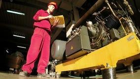 Ingeniero industrial Writing Report almacen de metraje de vídeo