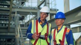 Ingeniero industrial y trabajador que discuten en fábrica almacen de metraje de vídeo