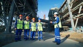 Ingeniero industrial y trabajadores que discuten en fábrica almacen de metraje de vídeo