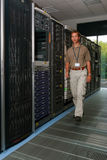 Ingeniero informático en sala de ordenadores foto de archivo libre de regalías