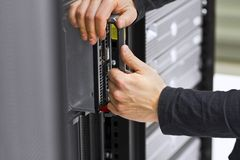 Ingeniero Install Blade Server de las TIC Fotografía de archivo libre de regalías