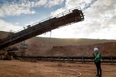 Ingeniero Isolated en hoyos de la mina Foto de archivo