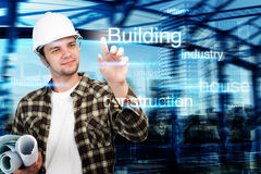 Ingeniero joven, arquitecto, hombre de negocios que señala en el edificio y concepto de la construcción Imagenes de archivo