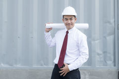 Ingeniero joven con los planes de papel Imagenes de archivo