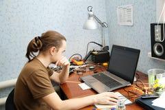 Ingeniero joven del hardware fotos de archivo libres de regalías