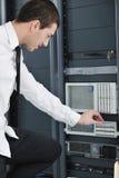 Ingeniero joven en sitio del servidor del datacenter Imagen de archivo