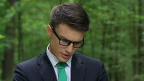 Ingeniero joven salido que intenta encontrar la nueva solución, concepto de sistemas del ahorro de energía metrajes