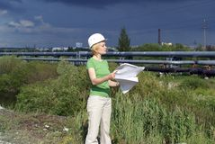 Ingeniero o arquitecto de la mujer con el sombrero de seguridad blanco Imagen de archivo libre de regalías